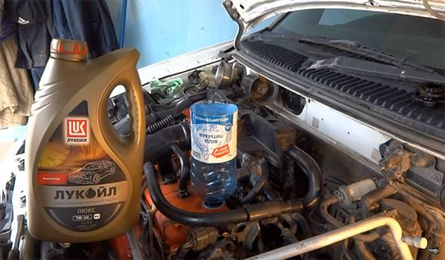 заливаем моторное масло в Приору