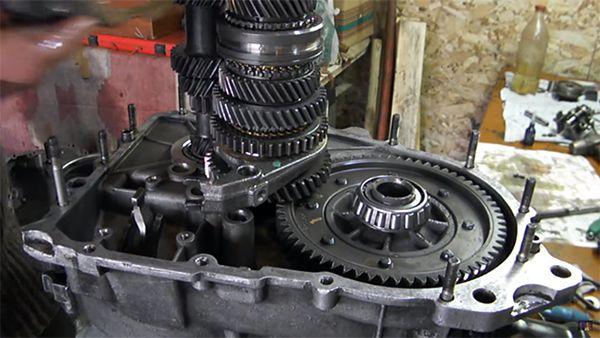Механизм переключения передач внутри МКПП ваз 2109