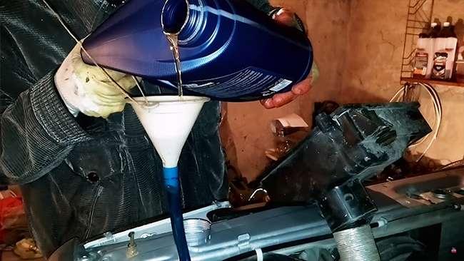 заливаем новое трансмиссионное масло в коробку ваз 2114