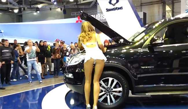 Девушка думает как заправить машину