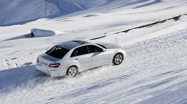 Движение автомобиля по зимней дороге