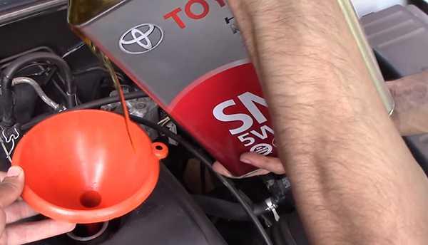 заливка масла Тойота в двигатель авто