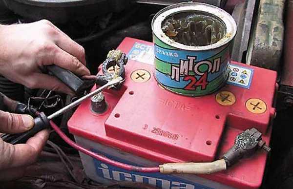 смазываем клеммы аккумулятора литолом