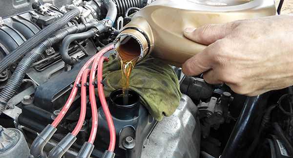 заливаем синтек в мотор автомобиля