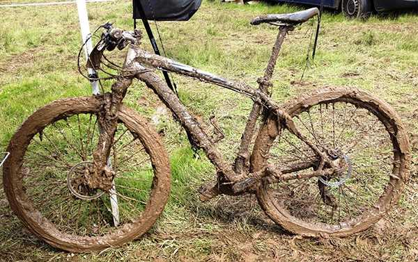 велосипед в грязи после прогулки