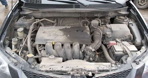 Грязный мотор автомобиля