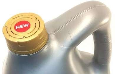 Фирменная крышка на канистре с маслом