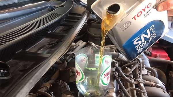 заливаем тойота 0w20 в двигатель