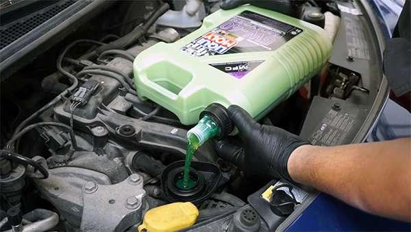 заливаем масло молиген в мотор