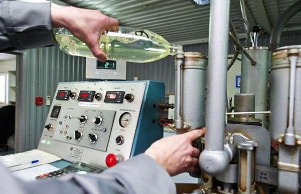 лаборатория анализирует содержание присадок в бензине